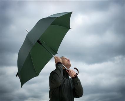 Barbat cu umbrela